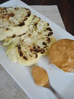 Deliciosos filetes de coliflor a la parrilla con una salsa picosa de cacahuate, una verdadera delicia vegetariana.