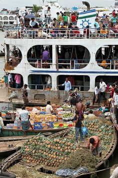 Loading a launch in Sadarghat harbour, Bangladesh. We Are The World, People Of The World, Bangladesh Travel, Bay Of Bengal, Thinking Day, Lonely Planet, Maldives, Southeast Asia, Nepal