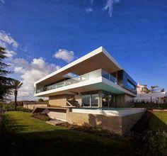 Si estas buscando un moderno diseño de casa de dos niveles que combine muy bien los materiales de construcción con las lineas de diseño, el siguiente modelo te va a inspirar sobre todo cuando veas …
