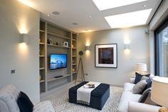 salon moderne avec appliques murales et faux plafond lumineux