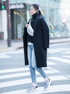 MY定番スタイル。ポイントはスポーティな白小物! | おしゃれのヒントは、やっぱり街にある SNAP! SNAP! | mi-mollet(ミモレ) | 明日の私は、もっと楽しい Navy And White, Black And Grey, Gray, Grey Fashion, Normcore, Style, Swag, Grey, Outfits