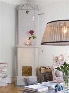 The spine bookshelf really ads a modern look.via Skona Hem Swedish Style, Interior Decorating, Interior Design, Scandinavian Home, Lamp Shades, Country Style, Living Room, Inspiration, Furniture