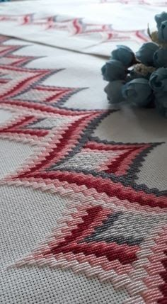 Would be nice for tablecloth or table runner. Bargello Needlepoint, Bargello Quilts, Broderie Bargello, Needlepoint Patterns, Crochet Leaf Patterns, Crochet Bedspread Pattern, Bargello Patterns, Hand Embroidery Patterns Flowers, Ribbon Embroidery Tutorial