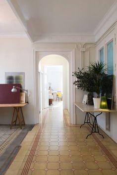 Reforma de vivienda en el Eixample. Barcelona: Pasillos, vestíbulos y escaleras de estilo mediterráneo de manrique planas arquitectes