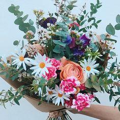 CETTE SEMAINE ÇA SENT LA FLEUR D'ORANGER DANS NOS BOUQUETS 🍊 ~ Mini-oeillets cosmo cherry, pois de senteur du Japon, wax blanc, anthémis des champs du sud de la France, alstroemeria varié, phlox blanc, renoncule orangée, tulipe rose pâle et un panaché de feuillages ~ 💛 HEY LOVERS ! Pensez à réserver dès à présent votre bouquet de Saint-Valentin ! 💛