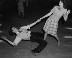How low can you go? A couple dancing swing at the Gower Gulch dance hall in Los Angeles Lindy Hop, Swing Dancing, Shall We Dance, Lets Dance, Jazz Dance, Dance Class, Vintage Dance, Retro Vintage, Precious Moments