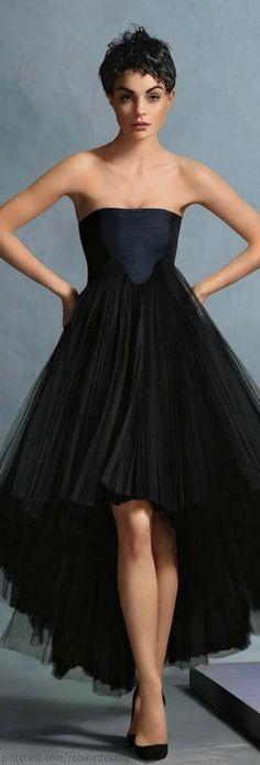 Little Black Dress : Beautiful strapless BLACK Christian Dior Christian Dior, Look Fashion, High Fashion, Fashion Design, Fashion Models, Womens Fashion, Beautiful Gowns, Beautiful Outfits, Fashion Vestidos