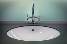 Clogged bathroom sink drains are serious headaches. Take a look at How to clean bathroom sink drain properly to keep water rapid water flow. Bathroom Sink Drain, White Vanity Bathroom, Bathroom Cleaning, Bathroom Vanities, Toilet Sink, Kitchen Faucets, Taps Bath, Bathroom Scales, Bronze Bathroom