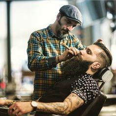 """Barber life.    Definición de lineas con el aceite de afeitado """"Smooth Moving Shave Oil"""" de Apothecary87 disponible en ebalus.com    #ebalus"""