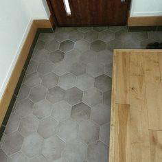 サンワカンパニーのある暮らし|サンワカンパニー Tile Floor, Brick, Tiles, House Design, Flooring, Interior, Home, Room Tiles, Indoor