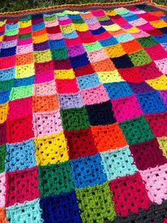 A Colcha de Mini Squares Muito coloridos eu usei fio de lã de várias cores, e para ser mais exata 28 cores. <br>Esta colcha mede 1,30 x 1,36 e pode ser usada para enfeitar uma poltrona, cadeira ou sofá e além disso quando estiver fresquinho ainda será muito útil para aquecer. Granny Square Crochet Pattern, Crochet Granny, Crochet Patterns, Crochet Crafts, Lana, Triangle, Stripes, Rainbow, Quilts