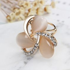 Luxusná brošňa v zlatej farbe, v tvare kvetu ,zdobená kryštálikmi Brooches, Pearl Earrings, Jewellery, Pearls, Bracelets, Beautiful, Jewels, Luxury, Colors