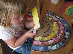 Dat is nog eens leuk! Kleurenkaartjes van verf knippen en de stukjes plakken in een regenboog.