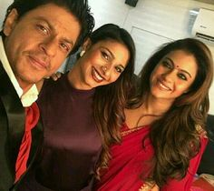 Awwww cute selfie of SRK with Kajol and Tanisha. SRK and Kajol always look good…