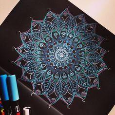 Mandala sobre fondo negro. www.nuevepinceladas.blogspot.com