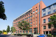 Das IOM Institut für Organisation & Management in der Franklinstraße 13 A  befindet sich im 7. OG einer ehemaligen Textil- und Maschinenfabrik, den Gebauer Höfen in Berlin-Charlottenburg. Alle Seminarräume sind selbstverständlich u. a. mit Internetzugang, Beamer, Audio-, Video- und TV-Gerät ausgestattet.