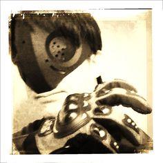 以前、作った仮面ライダー風ペーパーマスクを小改造して昭和のヒーローごっこ。大まかに3つのパーツで完成します。
