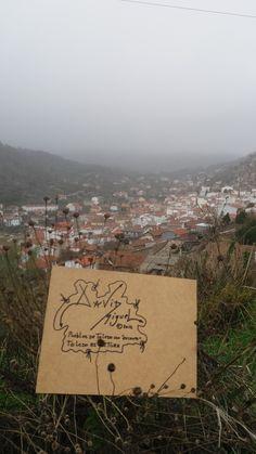 Pueblo toledano con niebla y cartel