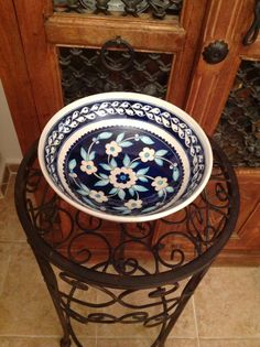 By the bowl Nilgün Erdogan. Ceramic Tile Art, Ceramic Painting, Hand Painted Dishes, Traditional Tile, Image Blog, Cool Curtains, Turkish Tiles, Blue Tiles, Decorative Plates