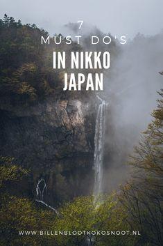 Op iets meer dan 100 kilometer afstand van Tokyo ligt de Japanse stad Nikko. Deze stad is omringd door natuur en staat bekend om haar mooie tempels. Nikko is vanuit Tokyo met de trein gemakkelijk te bereiken. Veel mensen bezoeken Nikko als dagtrip vanuit Tokio. Wil je het echte Nikko proeven en zowel de mooie tempels als de natuur bewonderen dan is een nachtje hier overnachten aan te raden. In Nikko is genoeg te doen en dit zijn de 7 dingen die je niet mag missen. Japan Sakura, Tokyo Japan, Japan Travel Tips, Asia Travel, Day Trips From Tokyo, Visit Japan, Nikko, Adventure Is Out There, Wonders Of The World