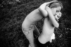 """Carla Kogelman, Países Bajos 19 Julio 2012, Merkenbrechts, Austria. Hanna y Alena, dos hermanas que viven en esta localidad rural. 1º premio. Categoría """"Reportajes"""""""
