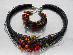 http://www.designspinka.pl/komplet-bransoletka-i-naszyjnik/ Bransoletka i naszyjnik wykonane ze sznurka woskowanego i dreawnianych koralików.