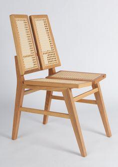 Releitura contemporânea da antiga cadeira portuguesa em palinha, muito encontrada no Brasil. Pensada para mesa de jantar, a peça, apesar de leve, é extremamente resistente.  Dimensões: 44 x 53 x 57h cm Madeira Tauari