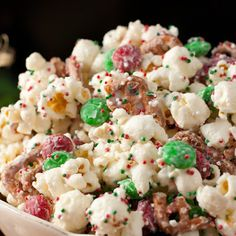 Christmas Crunch {Funfetti Popcorn} Steve loves! @keyingredient #easy #chocolate