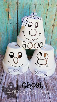 Quick Halloween Craft: Terracotta Ghost Pots This is a fun twist on Terra Cotta pot crafts and is perfect for Halloween. It is also such a fun and cute project simply by the addition of the little bow :). Seven-Alive's Kadie has made th… Décoration Table Halloween, Quick Halloween Crafts, Halloween Clay, Quick Crafts, Holidays Halloween, Fall Crafts, Holiday Crafts, Holiday Fun, Halloween Decorations