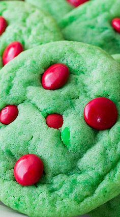 Grinch Cookies Brightly colored Grinch Cookies for your holiday cookie tray! Grinch Cookies, Holiday Cookies, Holiday Baking, Christmas Desserts, Holiday Treats, Christmas Treats, Holiday Recipes, Grinch Christmas, Grinch Cake