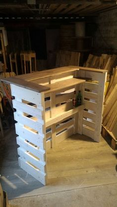 I built this console bar with recovered planks from three EURO wood pallets recovered free of charge. It took me around 20 hours to build it. Bar Pallet, Palet Bar, Pallet Counter, Wood Counter, Pallet Bar Plans, Counter Tops, Pallet Benches, Pallet Couch, Pallet Tables