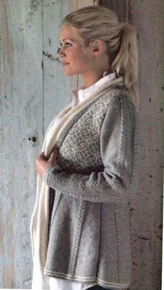 Jakke vandring finnes i hefte Strikk go bruk II (husfliden. Strikket i Sterk Cardigan Sweaters For Women, Knit Cardigan, Knitting Designs, Knitting Patterns Free, Fair Isle Knitting, Knitting Accessories, Clothing Patterns, Knitwear, Feminine