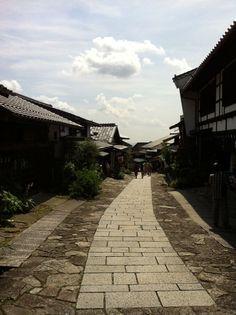 (馬籠宿(まごめじゅく)は、 岐阜県にある中山道43番目の宿場。石畳の敷かれた坂に沿う宿場で、馬籠峠を越えた信州側の妻籠宿(長野県木曽郡)とともに人気があり、多くの観光客が訪れる。石畳の両側にお土産物屋がならび、商いをしていない一般の家でも当時の屋号を表札のほかにかけるなど、史蹟の保全と現在の生活とを共存させている素敵なところ。 馬籠宿是在日本岐阜県、以前中山道第43号的宿場之一。与附近長野県的妻籠宿同為旅遊勝地、当地居民極力配合、是古跡保全与現代生活共存、融合為一的好地方。入夜時分身着浴衣腳上木箕 在村道上散歩是太棒的享受!!