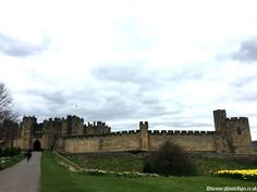 Discover Alnwick Castle, home to the Dukes of Northumberland for over 700 years. The northern border fortress, defending against countless Scottish raids, sieges and kings. Find out how Henry 'Hotspur' Percy became famous, and the battles the Percy family fought.  #medieval #castle #alnwick #hotspur #percy #northumberland  http://www.discovermiddleages.co.uk/alnwick-castle/