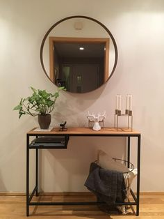 Vittsjö borð úr Ikea með viðarplötu festri á - og Stockholm spegill Vittsjo Hack, Ikea Console Table, Home Decor Bedroom, Room Decor, Bar Cart Decor, Ikea Living Room, Contemporary Home Decor, Small Space Living, Cozy House