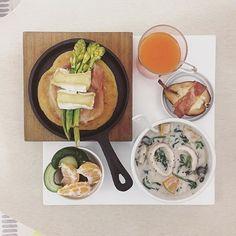 . good morning wednesday :-}))) . #goodmorning #morning #breakfast #yummy #goodfood #instafood #onthetable  #homemade #foodie #foodstagram #igfood #foodphotography #foodphoto #yum #2eat2gether #S_S_iloveBreakfast #朝食 #早餐 #goodmorning #beefpatty #patty #Focaccia #s_s_ilovebaking #佛卡夏 #パン #ハンバーグ #厚切乳酪蘆筍花火腿佛卡夏 #烘培 #chowder #巧達濃湯 #チャウダー