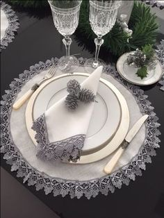 Pionik is a visual bookmarking tool that you can use to find ideas in home decor, design, shoping, cooking and much more for all your projects and interests. Christmas Table Settings, Napkin Folding, Table Arrangements, Deco Table, Crochet Home, Dinner Table, Table Linens, Fine Dining, Dinnerware