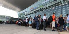 ] SAN JUAN, Pri. * 27 de septiembre de 2017. Notimex La devastación causada por el huracán Irma en Puerto Rico provocó que gran número de sus habitantes literalmente huya hacia a Miami, cuyo aeropuerto ha recibido desde el lunes vuelos saturados provenientes de la isla caribeña. Tras una semana...