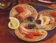 es blini sont sans doute un des plats les plus pupulaires en Russie, et sont aujourd'hui connus dans le monde entier. Salés, les blinis se dégustent principalement avec du saumon fumé et de la crème aigre. Galette, Camembert Cheese, Pancakes, Dairy, Meat, Breakfast, Desserts, Hui, Moscow