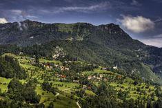 Paisaje pre-alpina: el pueblo de Labinje cerca de Cerkno