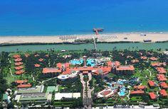Korkeatasoinen täyden palvelun hotelli Gloria Golf Resort sijaitsee tasokkaalla hotellialueella pinjametsikön keskellä, 18-reikäisen golfkentän vieressä. Useista rakennuksista koostuva laaja hotelli sopii loistavasti lapsiperheille ja luksuslomasta nauttiville. #Turkki #Belek #Golf #Loma #matkailu #Aurinkomatkat Golf, City Photo, Turtleneck