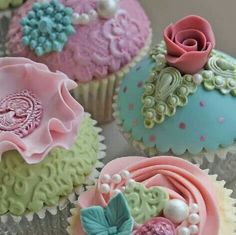 Adorable cupcakes.