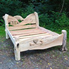 cama de madera de deriva con cabecero labrado