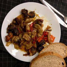 Špízy (už sundané z jehel) pro muže a děti + kváskový chléb ... vepřové maso, klobása, slanina, žampióny, cibule, červená paprika, sůl, pepř / Skewers for my husband end kids + sourdough bread ... pork meat, kielbasa, smoked bacon, button mushrooms, onion, red bell pepper, salt, pepper