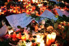 Beileidsbekundungen, Kerzen und Blumen liegen am  in Berlin unweit der Stelle des Anschlags auf dem Weihnachtsmarkt am Breitscheidplatz.