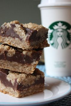 30 Incredible Copycat Starbucks Recipes Tasting Exactly Like The Original Versions Here's a bundle of delicious copycat Starbucks recipes that'll let you cherish yummy treats tasting exactly like the coffee shop classics. Cookie Desserts, Just Desserts, Cookie Recipes, Delicious Desserts, Yummy Food, Fudge Recipes, Copycat Recipes, Oatmeal Fudge Bars, Oat Bars