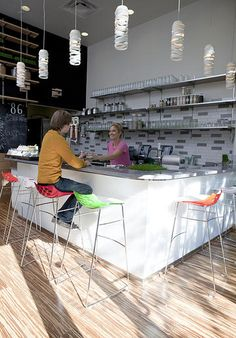 Puree Artisan Juice Bar // Bethesda // 4903 Elm Street The Washington DC area's only organic, raw vegan, fresh, cold-pressed juice bar. Cafe Shop, Cafe Bar, Restaurant Interior Design, Cafe Interior, Bakery Cafe, Post Workout Drink, Smoothie Shop, My Coffee Shop, Espresso Bar
