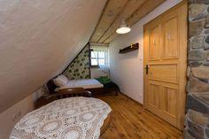 """""""Dziki bez"""" to pokój z podwójnym łóżkiem i łazienką. Posiada duże okno i chyba najładniejszy widok w całej chacie."""