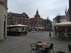 Det her er et billede af et meget hyggeligt cafeområde, som om sommeren er fyldt meget glade mennesker. Det er områder som disse, der har tiltrukket et bredere publikum i Vesterbro.