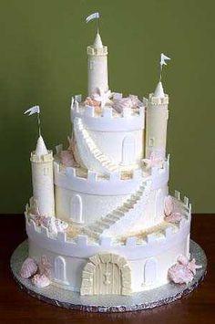 pastel con forma de castillo para una fiesta en la playa.